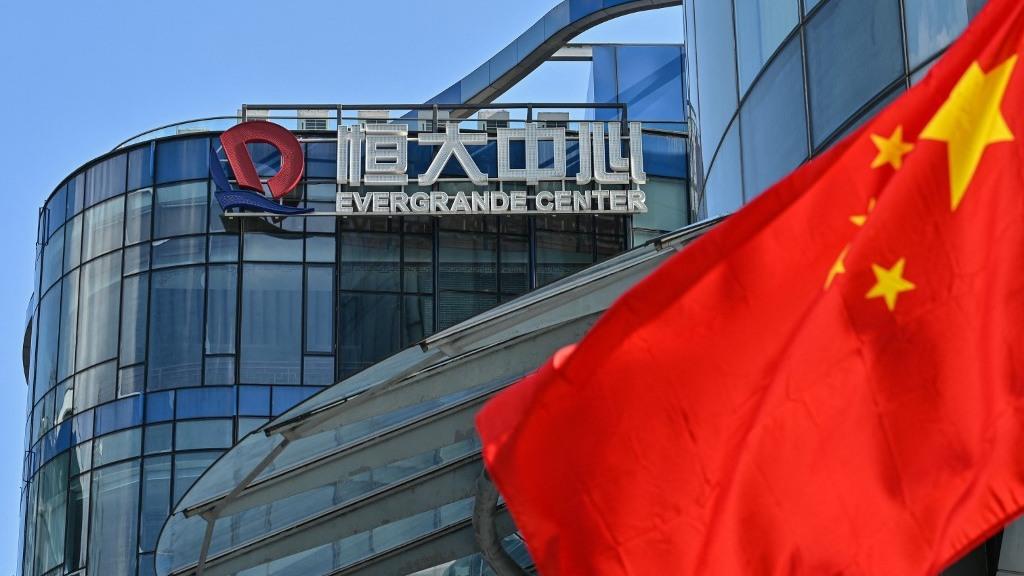 Gigante chino Evergrande anuncia acuerdo para evitar impago de bono clave