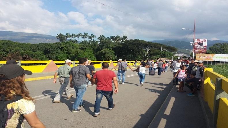 Abren el paso peatonal por el puente fronterizo entre Venezuela y Colombia